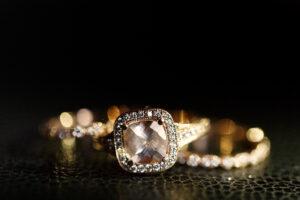 Joyeria, Las joyas brillan en los anillos de bodas dorados sobre el cuero